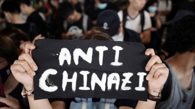 Uno dei tanti cartelloni esposti durante le proteste a Hong Kong di ieri, Crediti immagine: Reuters
