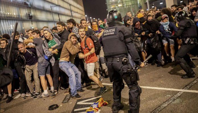 Scontri tra la polizia e manifestanti nelle nuova proteste a Barcellona: Photograph: Bernat Armangué/AP
