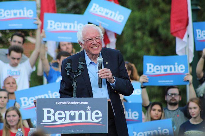 Il senatore Bernie Sanders durante un comizio elettorale al UNC-Chapel Hill