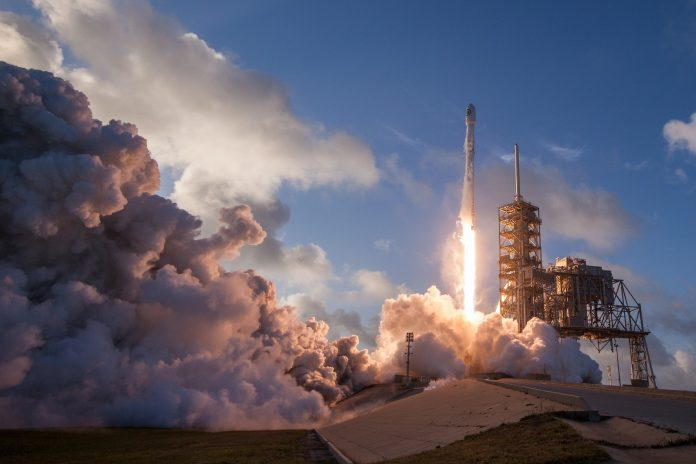 Un falcon 9 di SpaceX che decolla