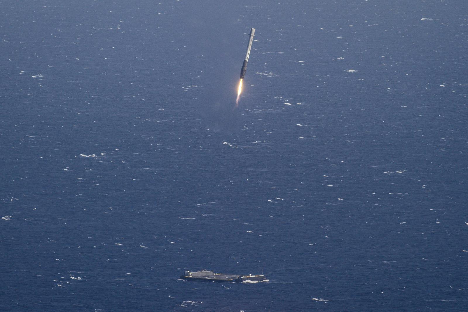 Geopolitica dello spazio: un falcon 9 che riatterra su una chiatta in mezzo all'oceano pacifico