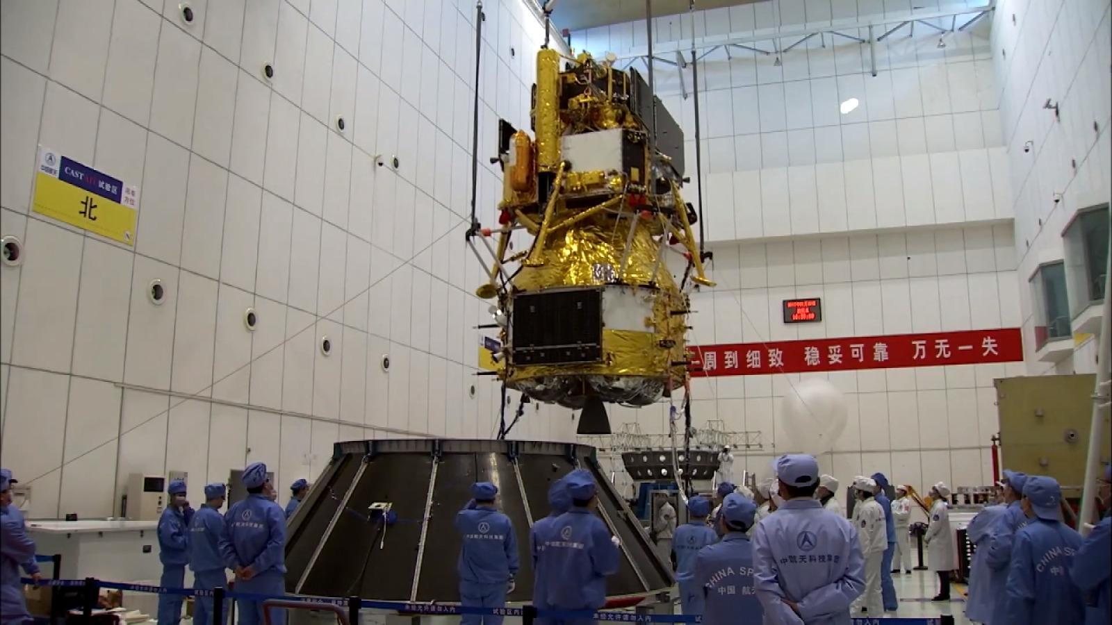 Geopolitica dello spazio: fotografia del modulo lunare della missione Chang'e 5 durante una prova di assemblaggio