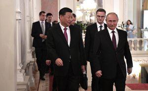 Vladimir Putin con il Presidente Xi Jinping durante una visita al Teatro Bolshoi [Crediti foto: Ufficio stampa e dell'informazione presidenziale del governo russo CC BY 4.0]