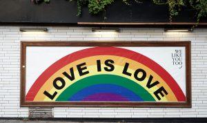 "Poster di ""Love is Love"" [crediti foto: Yoav Hornung via Unsplash]"